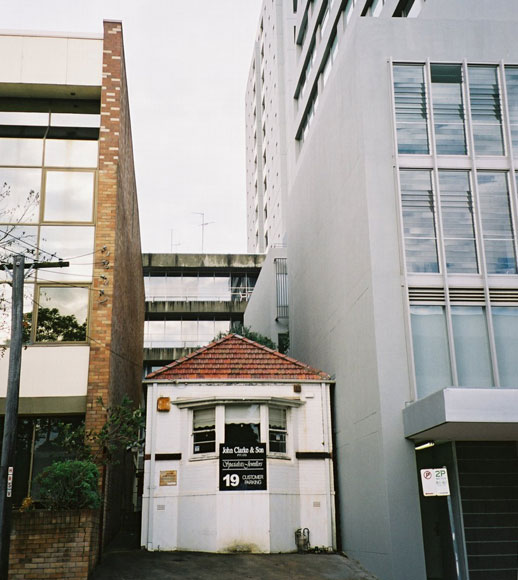 st-leonards-house-dwarfed-uh.jpg